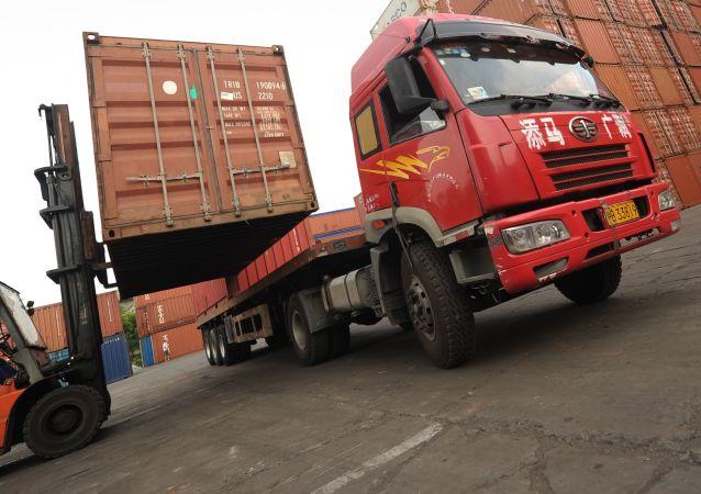 Ciężarówka w porcie handlowym w Szanghaju w Chinach