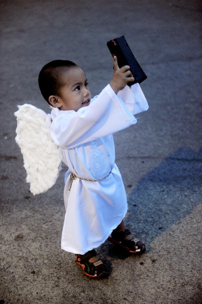 Dziecko w stroju anioła, Filipiny, 5 kwietnia 2015