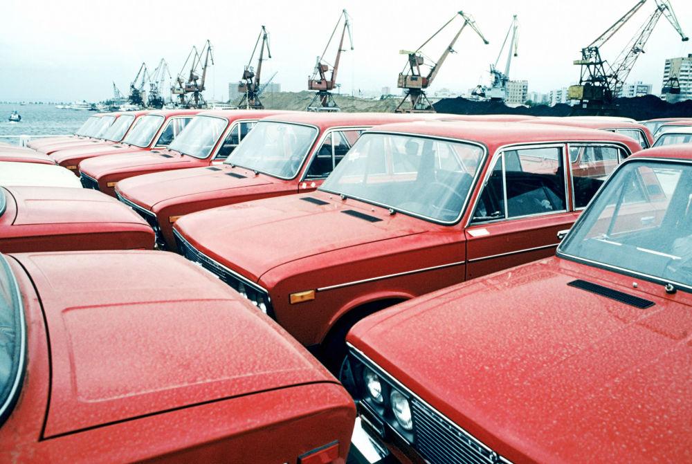 Nowe samochody WAZ-2106 na Wołżskiej fabryce samochodów w Togliatti
