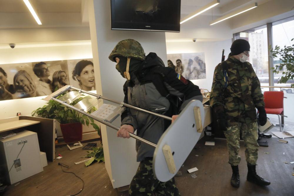 Ukraińscy nacjonaliści z batalionu OUN dewastują jeden z rosyjskich banków w Kijowie
