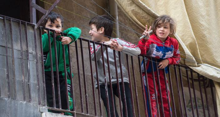 Dzieci w mieszkalnej dzielnicy w Aleppo