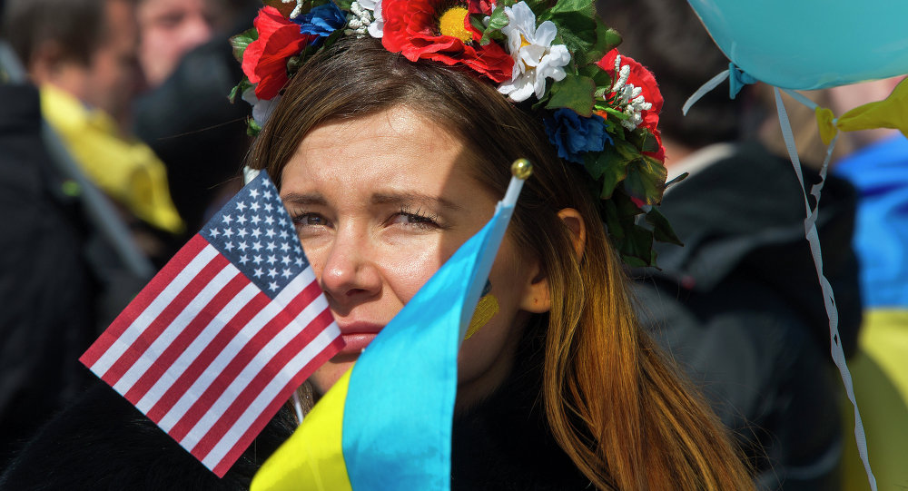 Demonstrantka z flagami USA i Ukrainy
