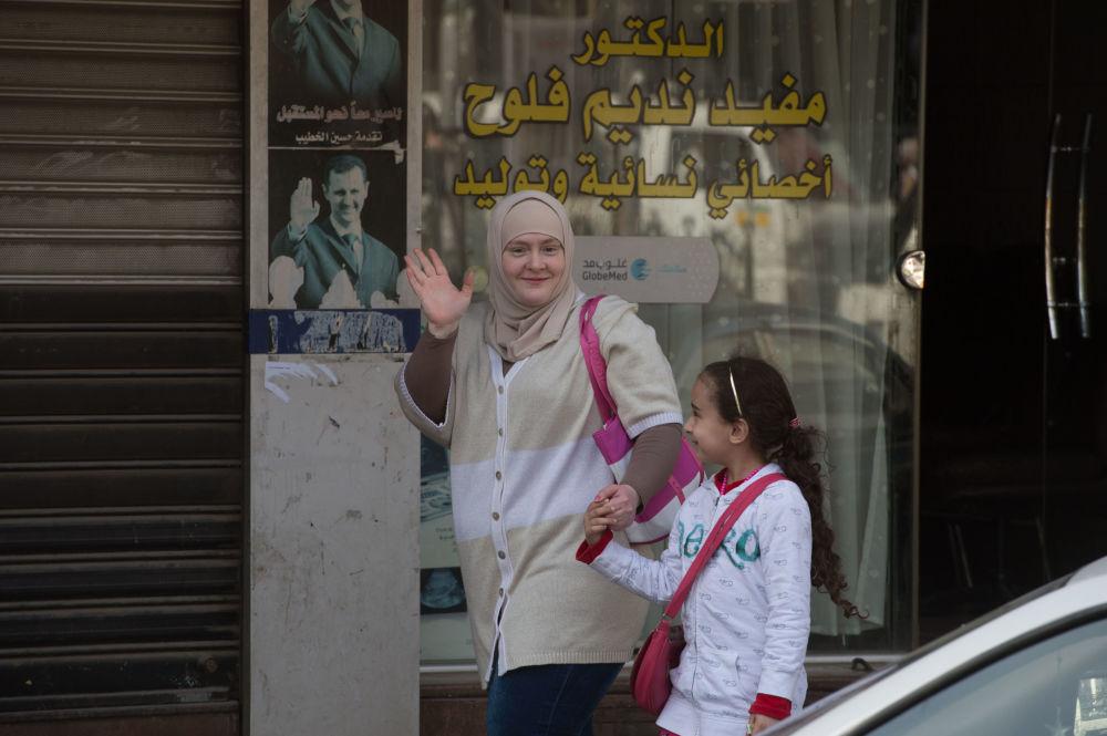 Kobieta z dzieckiem na ulicy Damaszku