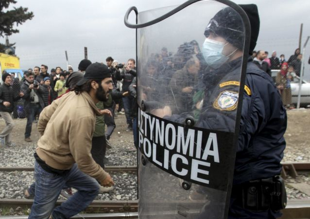Uchodźcy przedzierają się przez granicę grecko-macedońską