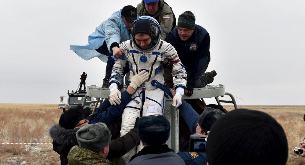 Rosyjski kosmonauta Siergiej Wołkow po powrocie na Ziemię