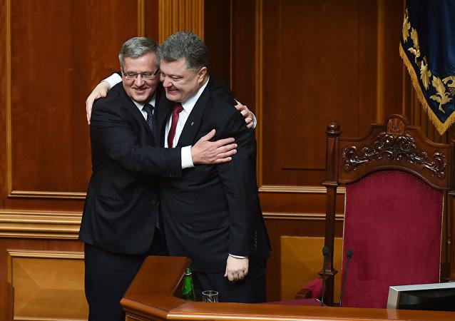Prezydent Ukrainy Piotr Poroszenko i prezydent Polski Bronisław Komorowski podczas posiedzenia Rady Najwyższej Ukrainy