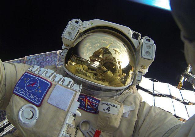 Selfie Jurija Malenczenko podczas wyjścia w otwartą przestrzeń kosmiczną