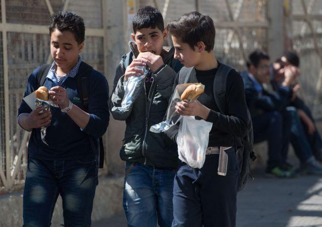 Nastolatkowie na jednej z ulic w Damaszku