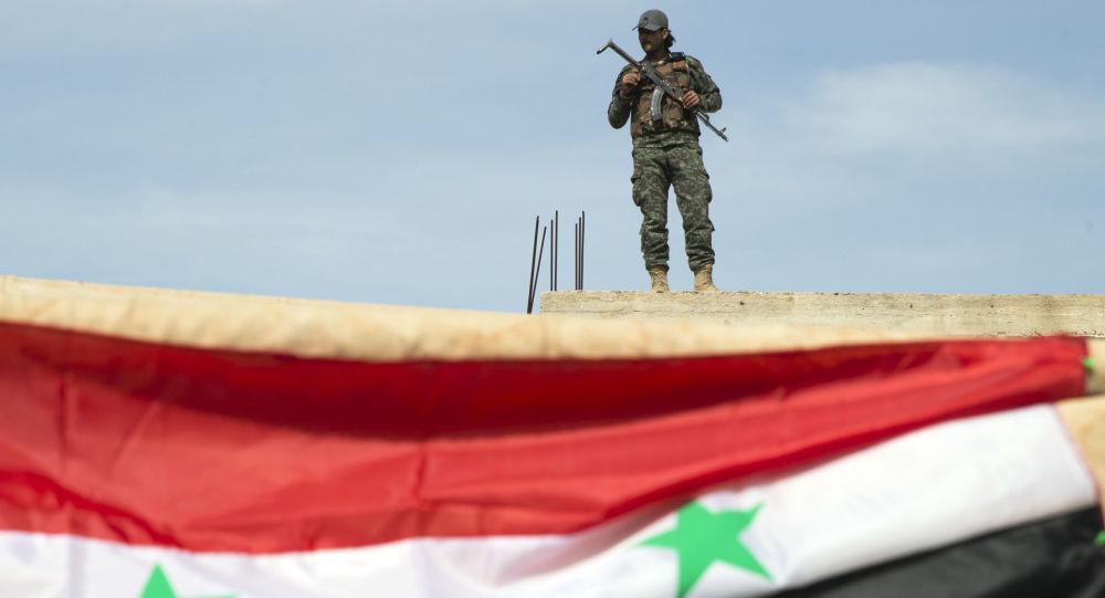 Syryjski żołnierz w pobliżu miasta Hama, Syria