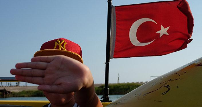 Turysta na pokładzie statku, który należy do jednego z hoteli w Antalyi