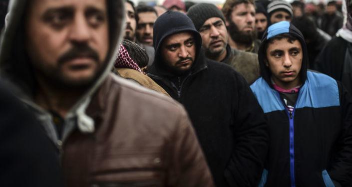 Uchodźcy z Syrii próbują przekroczyć granicę z Turcją