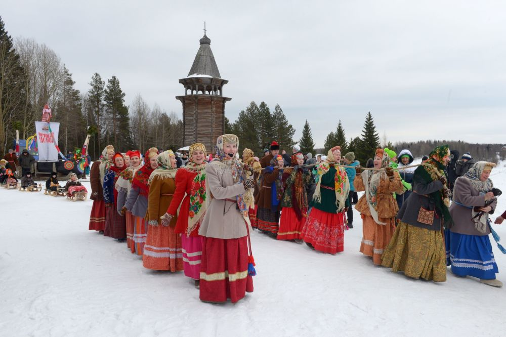 Kobiety w strojach ludowych w pierwszy dzień Maslenicy w obwodzie archangielskim w Rosji.