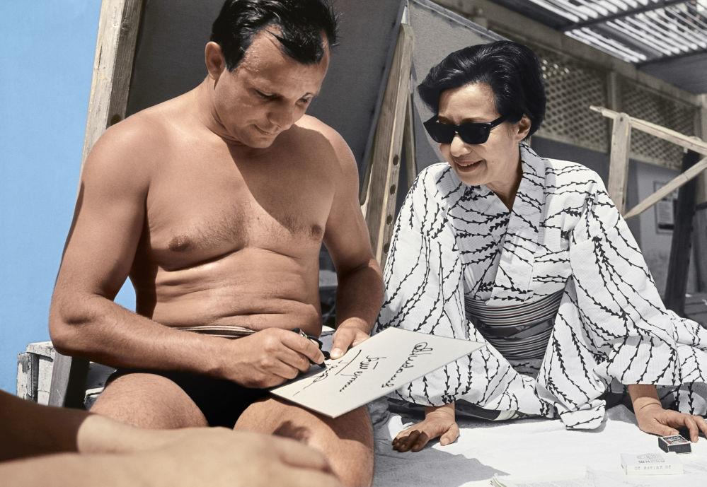 Lotnik Kosmonauta ZSRR, Bohater Związku Radzieckiego Jurij Gagarin daje autograf japońskiej aktorce i reżyserce mieszkającej w Związku Radzieckim Okadzie Yoshiko podczas wypoczynku na Krymie