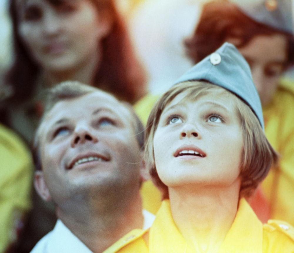 Jurij Gagarin (po lewej) w charakterze gościa honorowego w obozie pionierskim na Krymie Artek