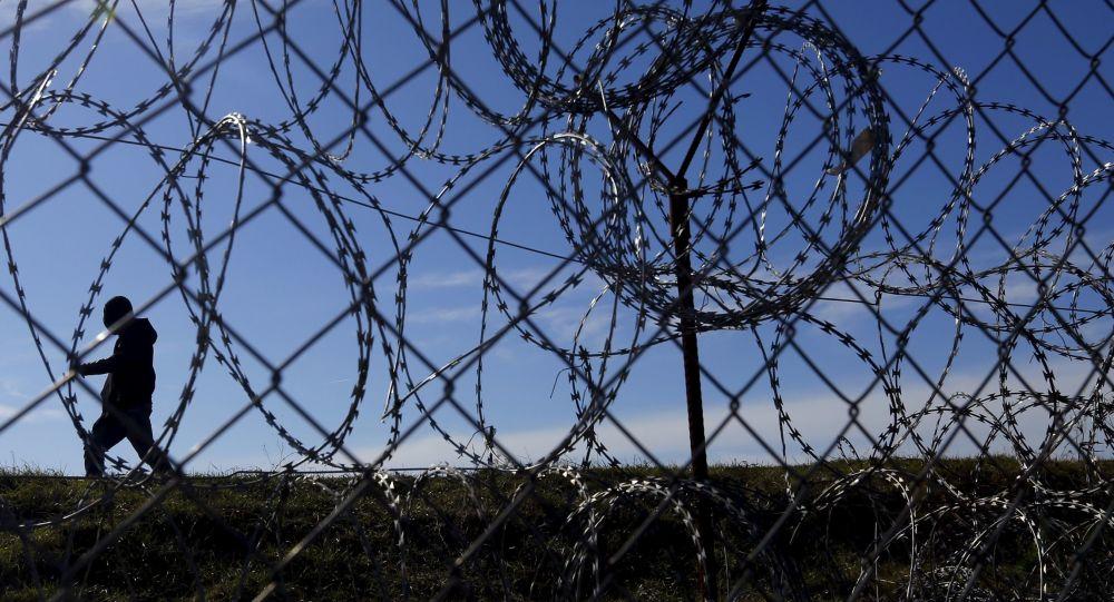 Uchodźcy za ogrodzeniem na granicy Węgier i Serbii