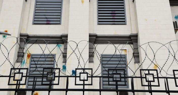 Ślady po farbie i jajek na fasadzie ambasady Rosji w Kijowie