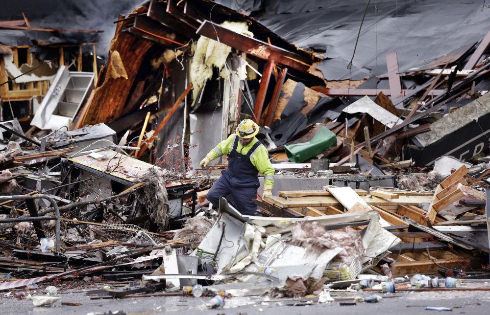 Robotnik na gruzach bloku mieszkalnego po wybuchu gazu w Seattle, USA