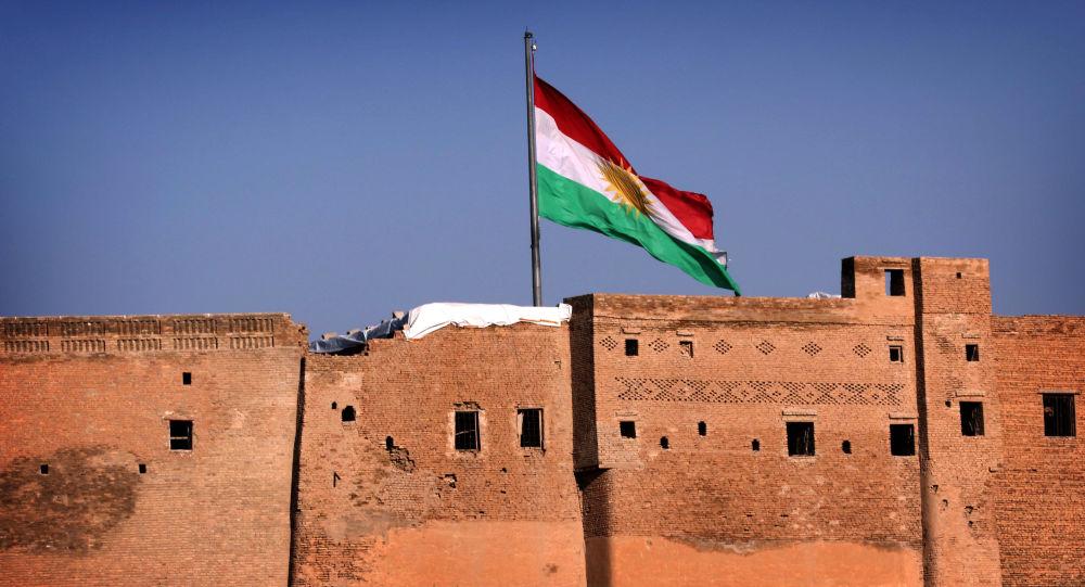 Flaga Irackiego Kurdystanu w mieście Erbil