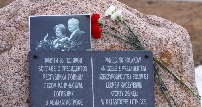 Tablica pamiątkowa na miejscu katastrofy Tu-154 pod Smoleńskiem