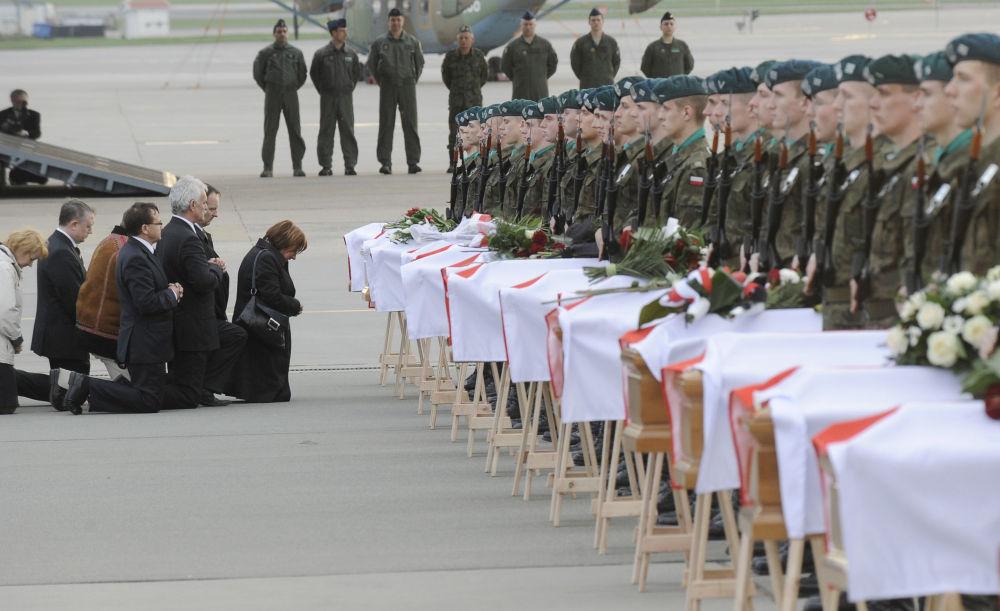 Krewni i bliscy na pogrzebie ofiar katastrofy prezydenckiego samolotu pod Smoleńskiem, 15 kwietnia 2010 r.