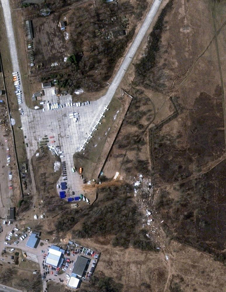 Zdjęcie lotnicze miejsca katastrofy polskiego samolotu prezydenckiego Tu-154 pod Smoleńskiem, 12 kwietnia 2010 r.