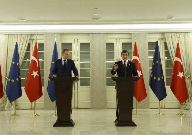 Przewodniczący Rady Europejskiej Donald Tusk i premier Turcji Ahmet Davutoglu w Ankarze