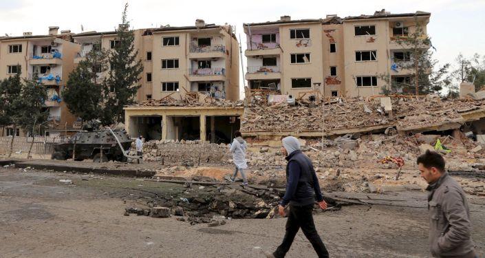 Biegli na miejscu wybuchu samochodu w mieście Nusaybin, Turcja