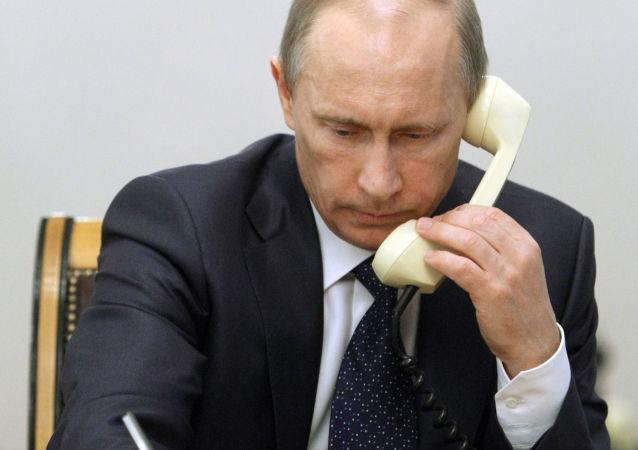 Prezydent Rosji Władimir Putin rozmawia przez telefon