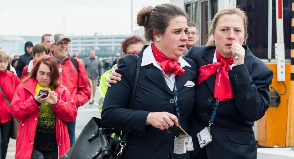 Ewakuacja pasażerów po wybuchach ma lotnisku Zaventen w Brukseli