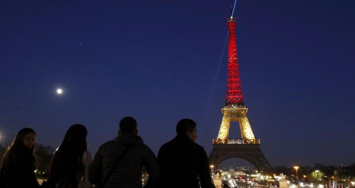 Эйфелева башня в цветах бельгийского флага в Париже