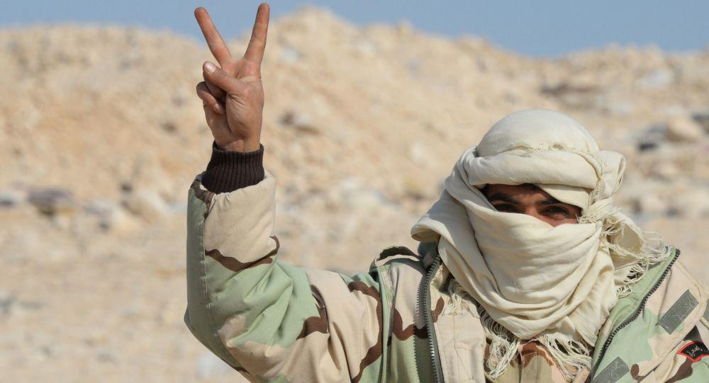 Członek oddziału powstańców Sokoły Pustyni 10 km od Palmyry
