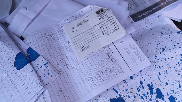 Dokumenty z listami przewozowymi dotyczącymi sprzedaży nieoczyszczonej ropy naftowej, znalezione na podłodze w mieszkaniu jednego z dowódców PI.