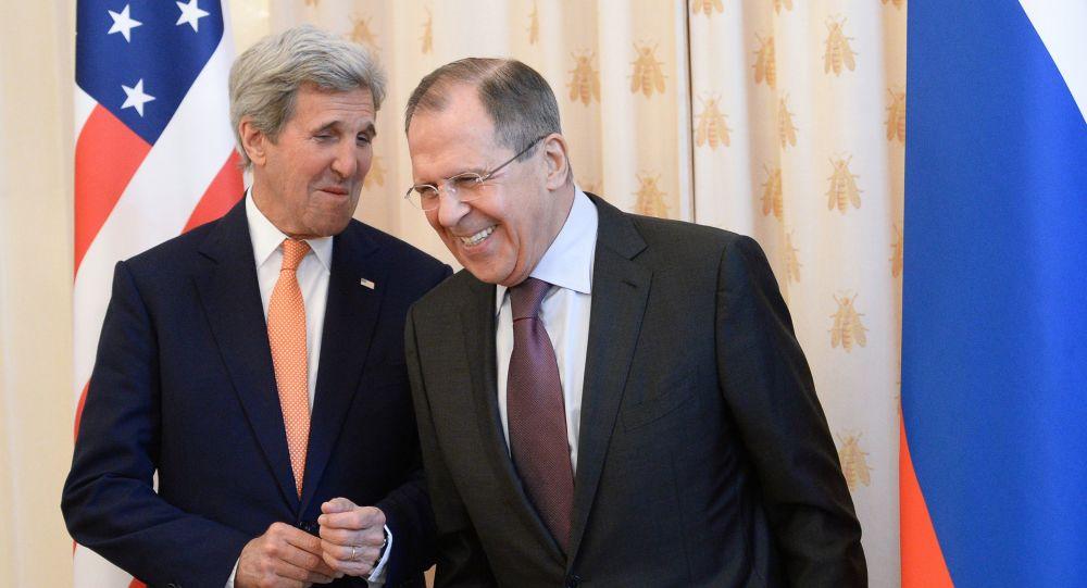 Sekretarz stanu USA John Kerry i minister spraw zagranicznych Rosji Siergiej Ławrow w Moskwie