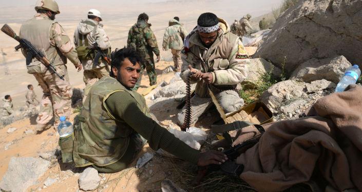 Członkowie oddziału narodowego ruchu oporu Sokoły Pustyni w pobliżu Palmyry