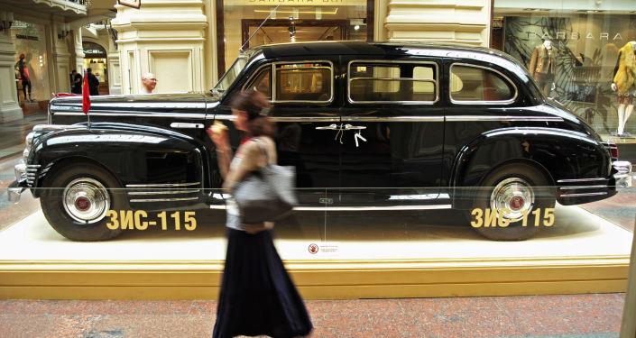 Wystawa legendarnych samochodów retro w Domu Handlowym GUM