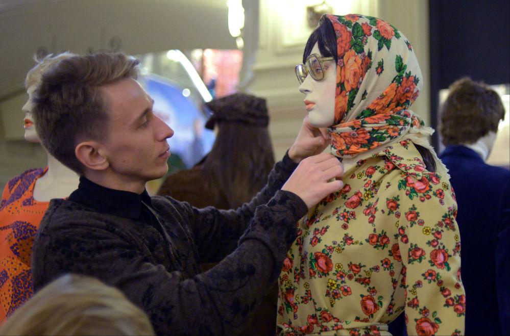 Manekin na wystawie  120 lat mody Domu Handlowego GUM