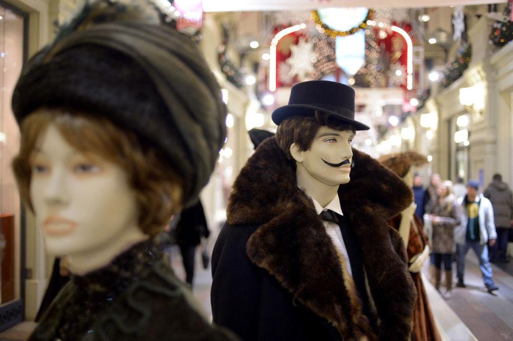 Manekiny na wystawie  120 lat mody Domu Handlowego GUM