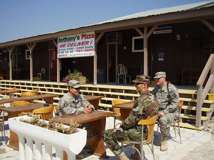 Wojskowi w bazie Bondsteel w Kosowie