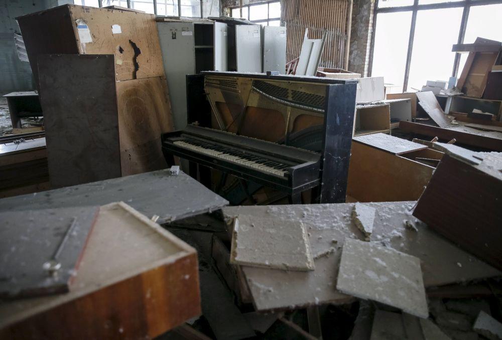 Pianino w opuszczonym budynku w mieście Prypieć