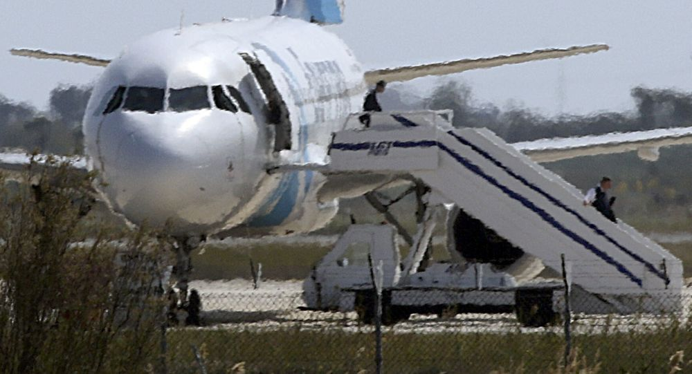 Ludzie opuszczają samolot linii lotniczych Egyptair na lotnisku w Larnace