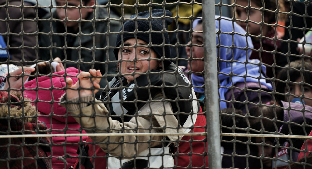 Migranci na statku straży wybrzeża na Morzu Egejskim