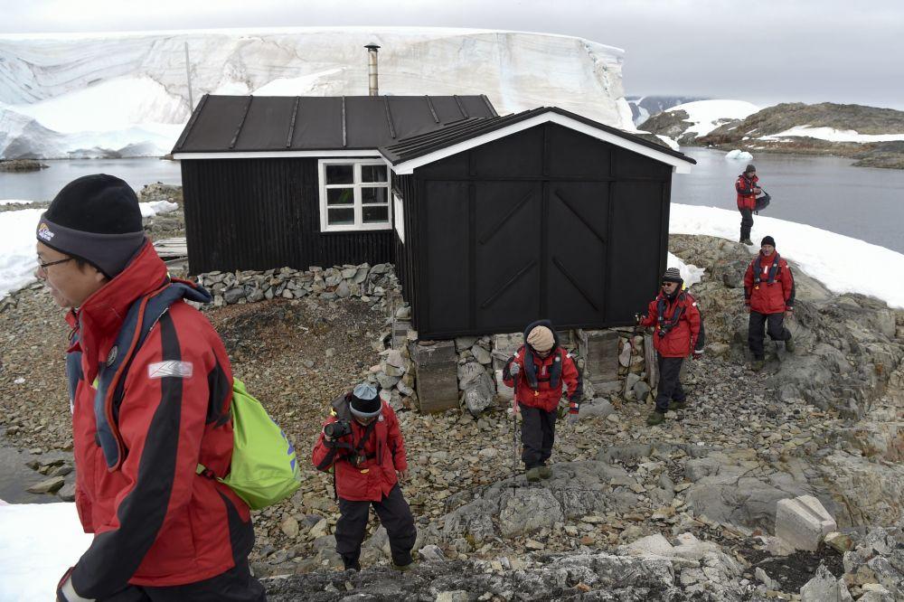 Turyści obok muzeum Wordie House na Antarktydzie
