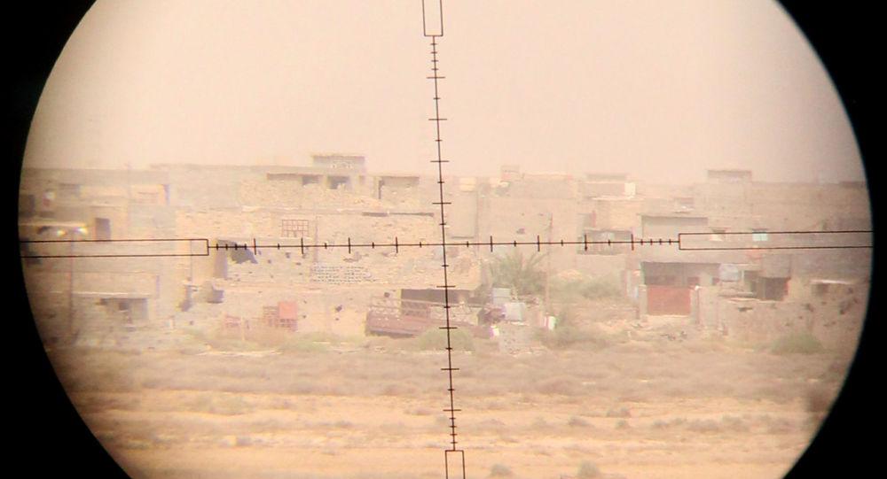 Widok na wschodnie obrzeża irackiego miasta Faludża przez celownik snajperski