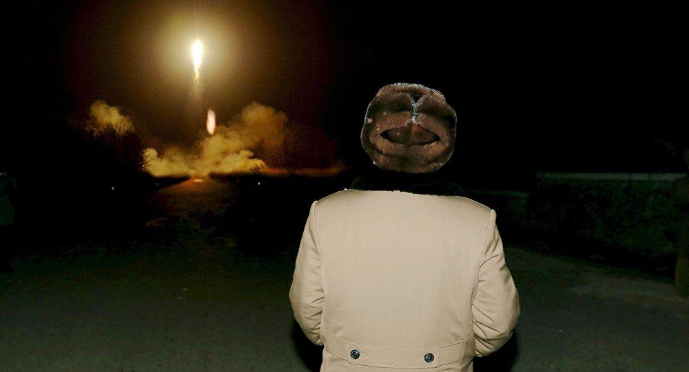Kim Dzong Un obserwuje start pocisku balistycznego