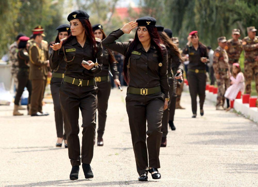 Kurdyjskie kobiety walczące w szeregach Peszmergów na wręczeniu dyplomów w irackiej akademii policyjnej