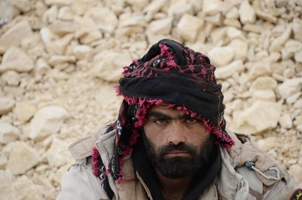 Żołnierz syryjskiej armii na przedmieściach Palmiry