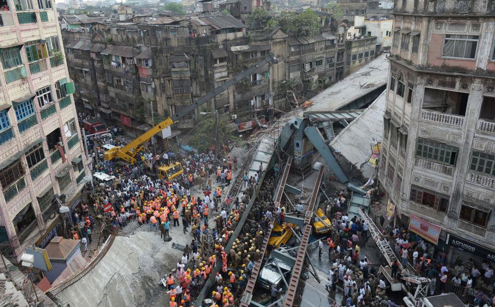 Widok na zawaloną w Indiach estakadę