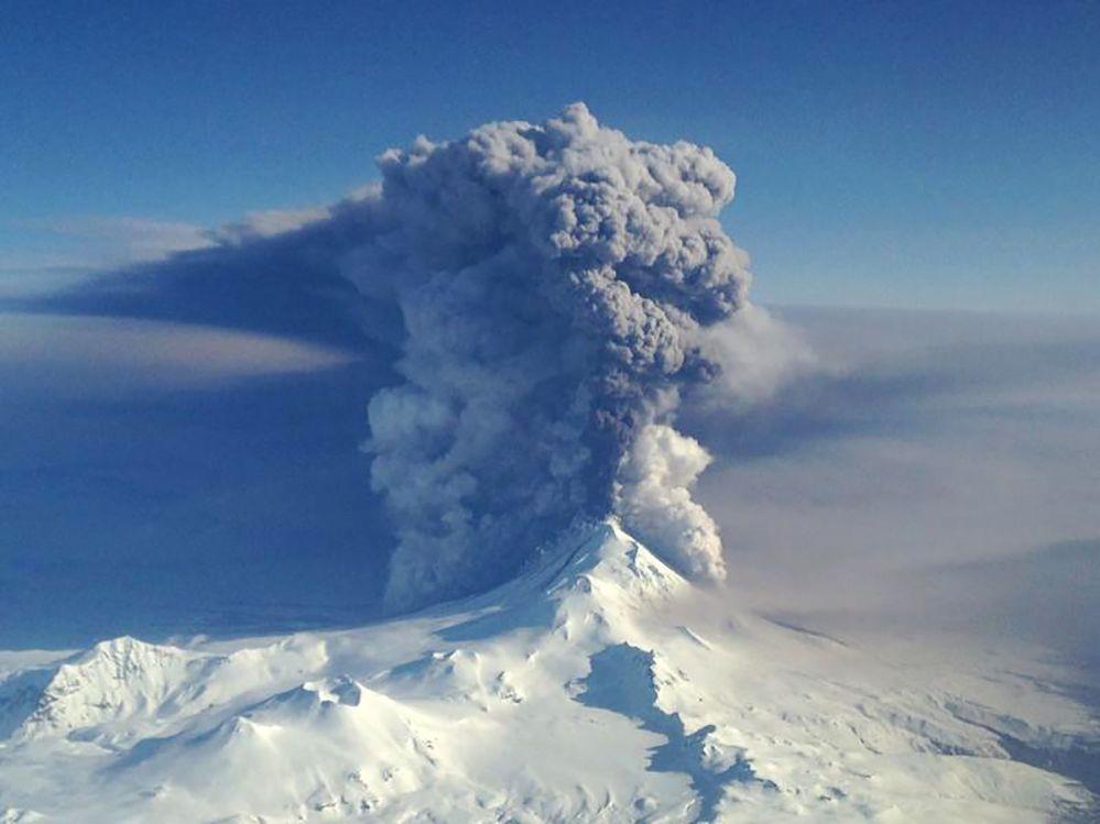 Erupcja wulkanu Pawłowa na Wyspach Aleuckich
