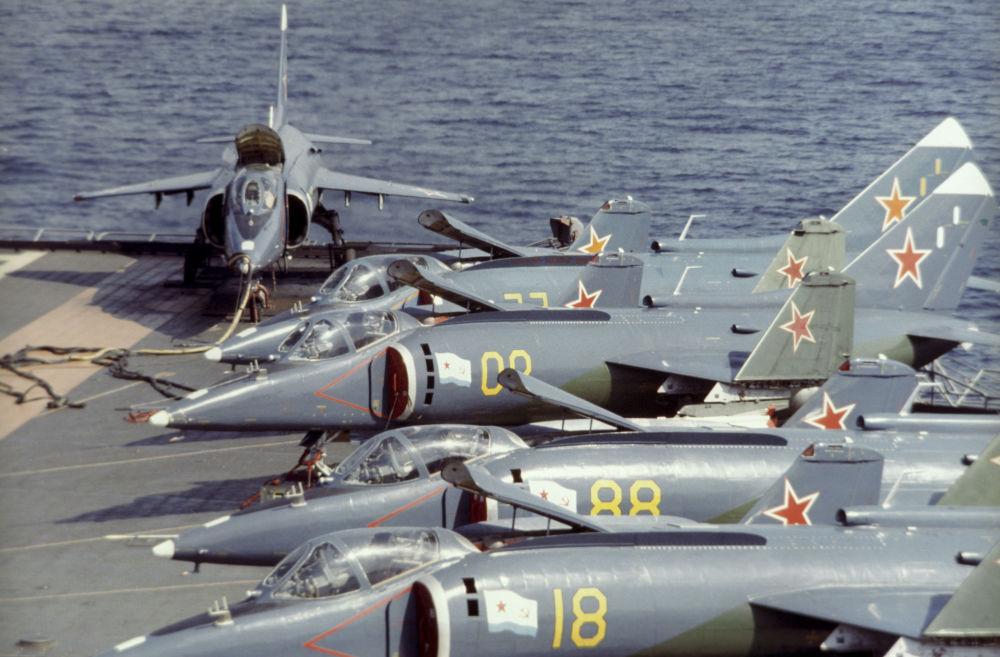 Samoloty Jak-38 na pokładzie krążownika Nowosybirsk