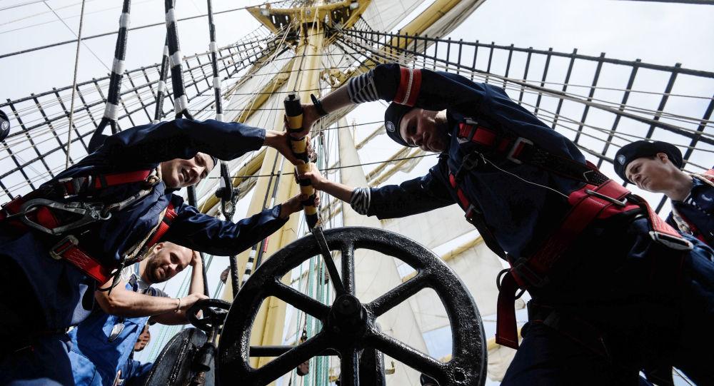 Marynarze barku Kruzenshtern w czasie wachty